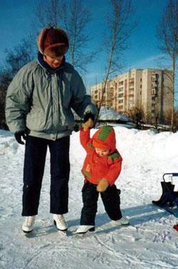 Когда и как ставить ребенка на коньки