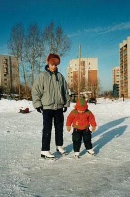 А теперь можно и самой... Обучение ребенка катанию на коньках. Открытый каток